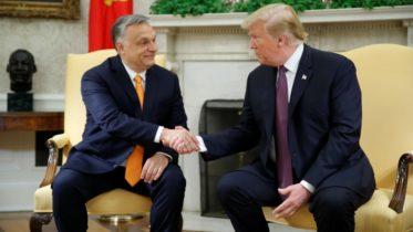 """Donald Trump destaca la política """"dura"""" de Viktor Orban a dos semanas de las elecciones europeas"""