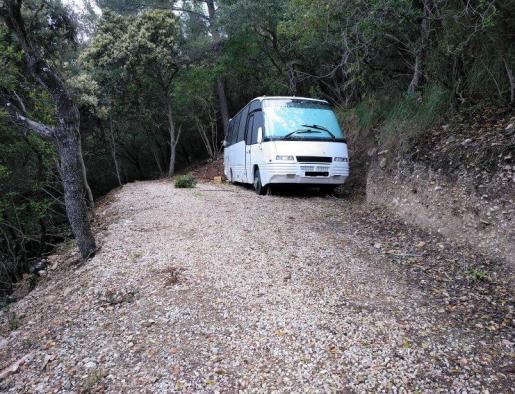Obligan a retirar una autocaravana aparcada y preparada para habitar en plena Serra
