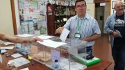 Ricardo Cutanda, candidato a la alcaldía de Albacete por UCIN, ejerce su derecho al voto junto a su equipo