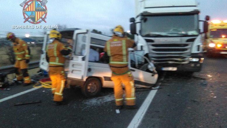Una persona atrapada tras el choque de una furgoneta y un camión